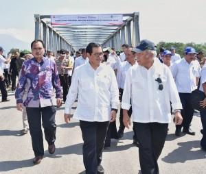 Cabinet Secretary Pramono Anung talks to Minister of Public Works and Public Housing Basuki Hadimuljono after the inauguration of Wijaya Kusuma Bridge in Kediri, East Java, Tuesday (29/5) afternoon. (Photo: Human Relations Division/Anggun)