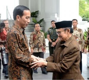 President Jokowi meets with B.J. Habibie at the Merdeka Palace, Jakarta, Thursday (19/1) afternoon. (Photo: BPMI/Kris)