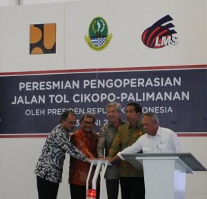 Presiden Jokowi didampingi Menteri PUPR dan Gubernur Jabar meresmikan pengoperasian jalan tol Cikampek-Palimenan, di Cikopo, Purwakarta, Jabar, Sabtu (13/6)