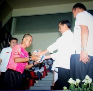 Presiden Jokowi secara simbolis memberikan bola kepada wasit Handri Kristanto yang memimpin pertandingan pada Kamis (17/3) malam. (Foto: Humas/Agung)