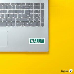استیکر لپ تاپ وال استریت روی لپتاپ
