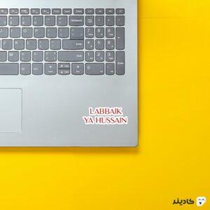 استیکر لپ تاپ تایپوگرافی لبیک یا حسین (ع) روی لپتاپ