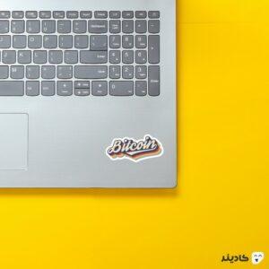 استیکر لپ تاپ تایپوگرافی بیت کوین روی لپتاپ