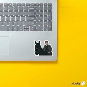 استیکر لپ تاپ پیکی بلایندرز، تامی سوارکار روی لپتاپ