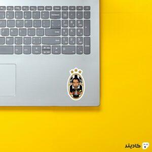 استیکر لپ تاپ بوفون و لوگوی یوونتوس روی لپتاپ