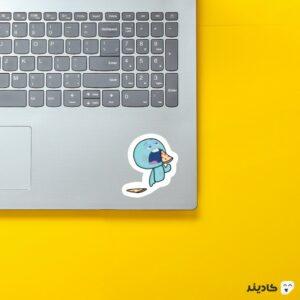 استیکر لپ تاپ روح کوچولو در حال خوردن پیتزا روی لپتاپ