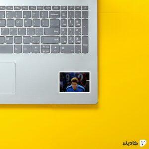 استیکر لپ تاپ فرناندو تورس روی لپتاپ
