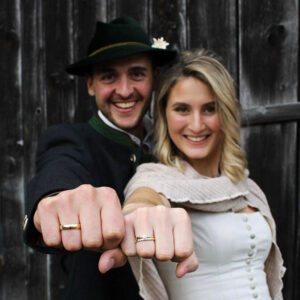 Glückliches Brautpaar nach Brautstyling