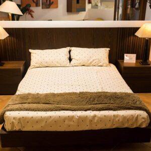 Dormitorio de madera con chapa de nogal