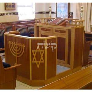 בימה ותיבה בבית הכנסת פורת יוסף, לונדון- קשת רהיטי עץ ומתכת