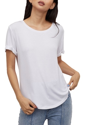 Best white t-shirts - H&M round neck t-shirt | 40plusstyle.com