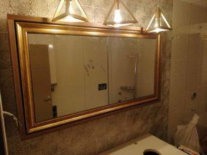velika polica iznad lavaboa sa ogledalima