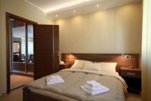 velik bračni krevet po meri sa uzglavljem