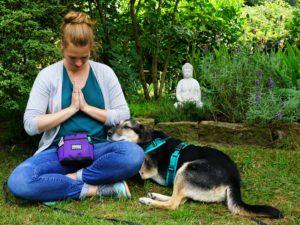Lana Zimmermann ist Hundetrainerin und Expertin für Entspannung und Achtsamkeit.