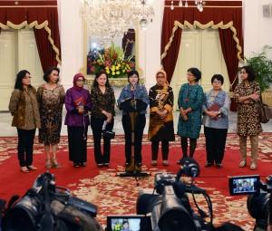 Pansel KPK dipimpin Ketuanya Destry Damayanti memberikan keterangan pers seusai diterima Presiden Jokowi, di Istana Merdeka, Jakarta, Senin (25/5) sore