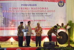 Presiden Jokowi saat membuka acara Forum Rektor semalam di Yogyakarta (29/1). (Foto:Humas/Dhani)