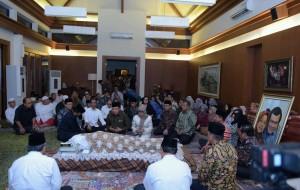 Presiden Joko Widodo dan Wapres Jusuf Kalla memanjatkan doa di depan jenazah Ibunda Seskab Pramono Anung pada Rabu (6/1) di kediaman Seskab. (Foto: Humas/Jay)