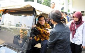 Seskab menjawab pertanyan wartawan usai mengikuti acara penandatanganan kesepakatan penanganan pidana di Istana Negara (28/1). (Foto:Humas/Setkab)