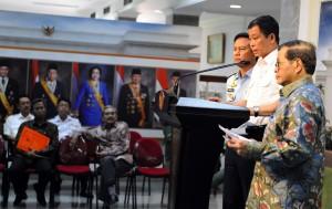 Seskab Pramono Anung, Menhub Ignasius Jonan, dan Wakasau Hadiyan S. memberikan keterangan pers usai Ratas pada Jumat (8/1) di Kantor Presiden. (Foto: Humas/Rahmat)