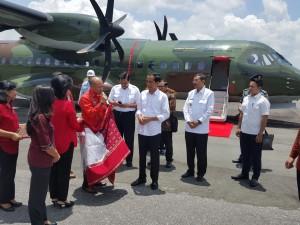 Presiden Jokowi dan rombongan disambut di Bandara Silangit, Sumatera Utara (1/3). (Foto: Karo Protokol Setpres/Ari Setiawan)