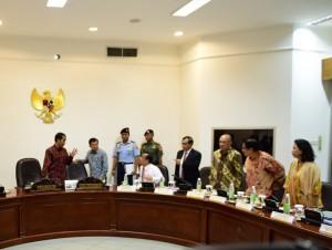 Presiden Jokowi dan Wapres Jusuf Kalla berbincang dengan sejumlah menteri sebelum memimpin rapat terbatas, di kantor Presiden, Jakarta, Rabu (27/4) siang. (Foto: Dani K/Humas)