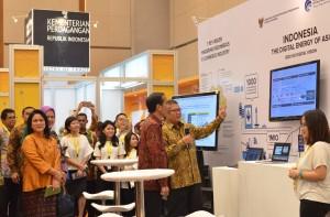 Presiden Jokowi memperhatikan penjelasan Menkominfo Rudiantara saat membuka Indonesia E-Commerce Summit and Expo (IESE), di IICE, BSD City, Tangsel, Banten, Rabu (27/4) pagi. (Foto: JAY/Humas)