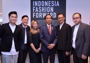 Presiden Jokowi bersama 5 desainer yang menampilkan karyanya di London (20/1). (Foto: BPMI/Laily)