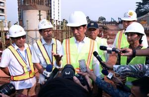 Presiden Jokowi memberikan keterangan kepada wartawan (21/6). (Foto: Humas/Jay)