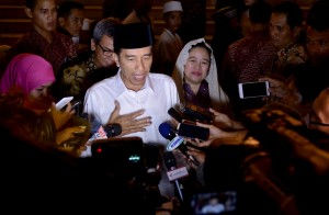 Presiden Jokowi menjawab pertanyaan wartawan usai buka puasa bersama dengan seribu anak yatim dan penyandang disabilitas, Selasa (28/6), di Istana Kepresidenan Bogor. (Foto: BPMI/Laily)