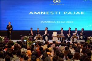 Presiden Jokowi saat sosialiasi pengampunan pajak, di Grand City Convention Center, Surabaya, Jatim, Jumat (15/7) malam. (Foto: Oji/Humas)