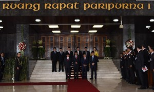 Presiden Jokowi didampingi Wakil Presiden Jusuf Kalla disambut pimpinan DPR RI dan DPD RI, saat akan memasuki ruang rapat paripurna DPR RI, di Senayang, Jakarta, Selasa (16/8) sore. (Foto: OJI/Humas)