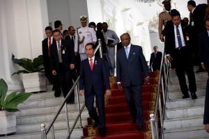 Presiden Jokowi berjalan bersama Presiden Guinea Alpha Condé, yang berkunjung ke Istana Merdeka, Jakarta, Rabu (3/8) siang. (Foto: OJI/Humas)