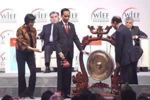 Menkeu Sri Mulyani (kiri) mendampingi Presiden Jokowi membuka World Islamic Economic Forum, di JCC, Jakarta, Selasa (2/8) pagi. (Foto: Rahmad/Humas)