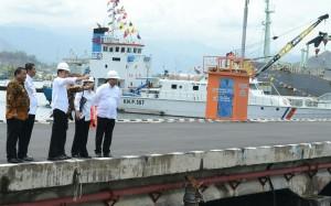 Presiden Jokowi meninjau Pelabuhan Sambas Sibolga, Sabtu (20/8), Sibolga, Sumatera Utara.