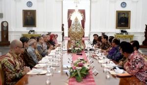 Presiden Jokowi bertemu dengan para ekonom, di Istana Merdeka, Jakarta, Kamis (22/9). (Foto: BPMI/Cahyo)