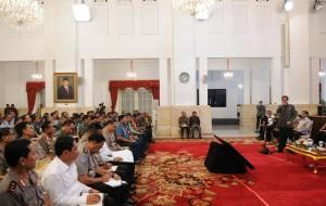 Presiden Jokowi menyampaikan arahan pada rapat koordinasi dengan Pangdam dan Kapolda se Indonesia, di Istana Negara, Jakarta, Senin (21/10) siang. (Foto: JAY/Humas)