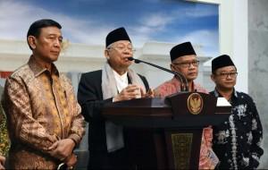 Ketua MUI KH. Makruf Amin didampingi Menko Polhukam Wiranto, memberi keterangan pers, Selasa (1/11), usai diterima Presiden Jokowi. (Foto: Humas/Jay)