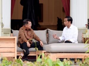 Presiden Jokowi dan Wakil Presiden Jusuf Kalla berbincang santai, di teras belakang Istana Merdeka, Jakarta, Kamis (3/11) sore. (Foto: Rusman/Setpres)