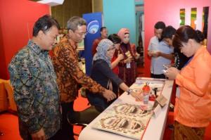 Deputi Bidang Dukungan Kerja Kabinet meninjau stan Setkab di Pameran Bakohumas, Bandung, Jawa Barat (17/11). (Foto: Humas: Deni)