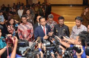 Presiden Jokowi didampingi Gubernur Sulsel memberikan keterangan kepada wartawan usai acara sosialisasi tax amnesty di hotel Clarion, Makassar, Sulsel, Jumat (26/11). (Foto: Humas/Jay)