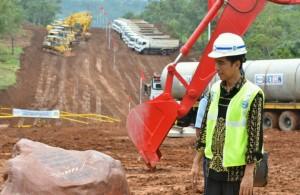Presiden Jokowi dalam suatu kesempatan meninjau sebuah proyek pembangunan infrastruktur