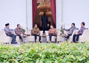 Presiden Jokowi duduk bersama dengan empat orang pimpinan DPR-RI di teras Istana Merdeka, Jumat (16/12). (Foto: Humas/Jay)