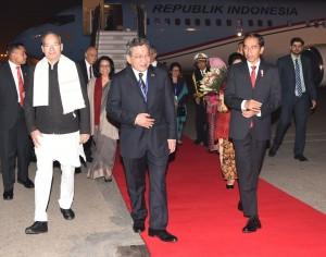 Presiden Jokowi saat tiba di New Delhi, Sabtu (11/12) malam waktu setempat. (Foto: BPMI/ES)