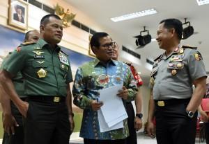 (kiri ke kanan): Panglima TNI Gatot Nurmantyo, Sekretaris Kabinet Pramono Anung, dan Kapolri Tito Karnavian