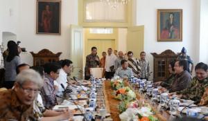 Presiden Jokowi didampingi sejumlah menteri memasuki ruang rapat terbatas, di Istana Kepresidenan Bogor, Jabar, Selasa (31/1) siang. (Foto: Deny S/Humas)