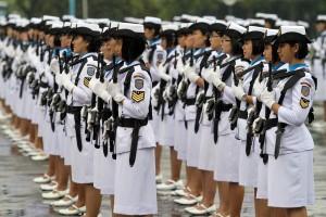 Pasukan Korps Wanita Angkatan Laut (Kowal) mengikuti upacara militer peringatan HUT Kowal ke-52 di Mabes TNI, Cilangkap, Jakarta, Selasa (13/1). Upacara militer tersebut bertujuan untuk mengenang kembali sejarah kelahiran Kowal dan menggelorakan tekad serta semangat cita-cita wanita Indonesia. ANTARA FOTO/M Agung Rajasa/ama/15.