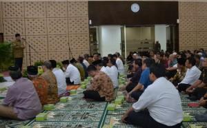 Seskab saat memberikan sambutan pada acara buka bersama jajaran Kemensetneg, Setkab dan Kantor Staf Presiden (KSP), di aula Gedung Kemensetneg, Jakarta, Jumat (9/6). (Foto: Humas/Deni).