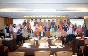 Deputi Seskab Bidang DKK berfoto bersama peserta saat acara Bimbingan Teknis Pengembangan Karier Pejabat Fungsional Penerjemah, di Hotel El Royale, Bandung, Kamis d(20/7). (Foto: Humas/Dhany)