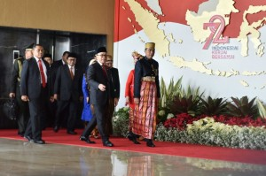 Presiden Jokowi menggunakan baju adat Bugis saat menghadiri Sidang Tahunan MPR, di Gedung Nusantara MPR/DPR/DPD, Jakarta, Rabu (16/8) pagi. (Foto: Rahmat/Humas)