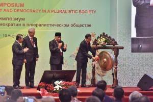 Presiden Jokowi saat membuka acara Kongres Asosiasi Mahkamah Konstitusi dan Institusi Sejenis se-Asia 2017 di Kota Solo, Jawa Tengah, Rabu (9/8). (Foto: Humas/Anggun)